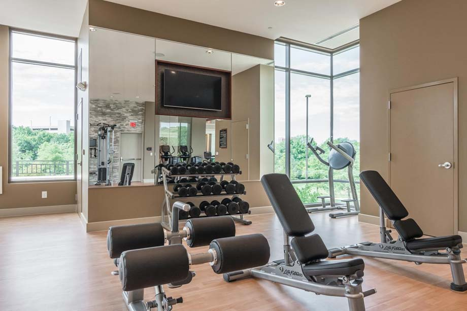 camden-franklin-park-apartments-franklin-tn-fitness-center-free-weights-and-benches