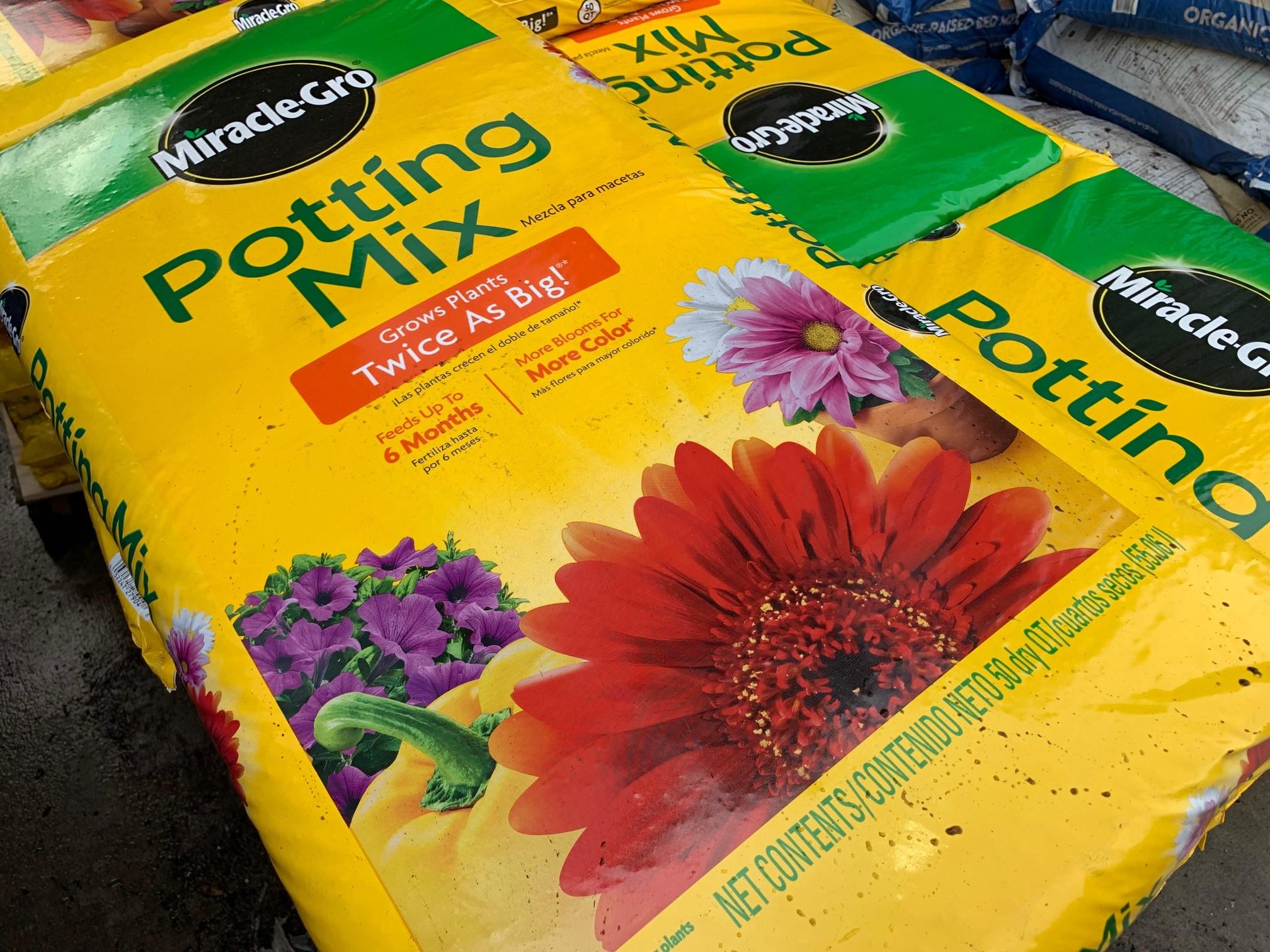 potting-mix-soil-miracle-gro.jpg