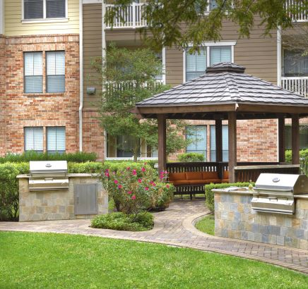 Outdoor Grills and Dining Areas at Camden Heights Apartments in Houston, TX