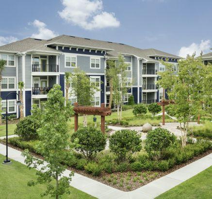 Smoke Free Courtyard at Camden Waterford Lakes Apartments in Orlando, FL