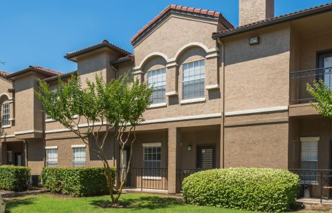 Exterior of Building at Camden Cimarron Apartments in Irving, TX