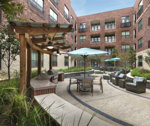 Outdoor Dining Area with Grills at Camden City Centre Apartments in Houston, TX