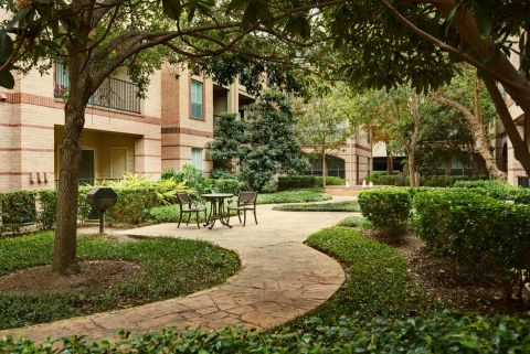 Courtyard at Camden Greenway Apartments in Houston, TX