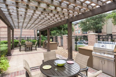 Outdoor Dining at Camden Greenway Apartments in Houston, TX