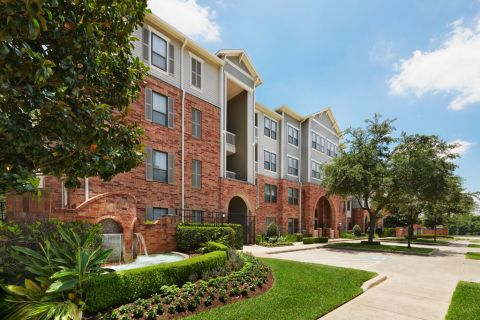 Exterior of Building at Camden Heights Apartments in Houston, TX