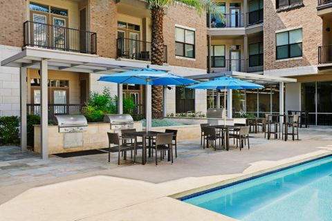 Outdoor Dining and Grill Area at Camden Lamar Heights Apartments in Austin, TX