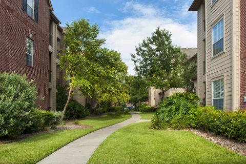 Courtyard at Camden Oak Crest Apartments in Houston, TX
