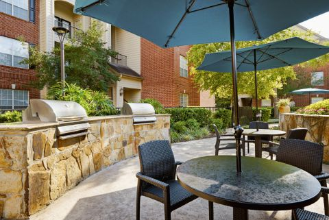 Outdoor Dining Area with Grills at Camden Oak Crest Apartments in Houston, TX