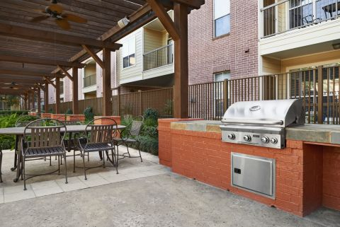 Outdoor Dining Area with Grills at Camden Royal Oaks Apartments in Houston, TX