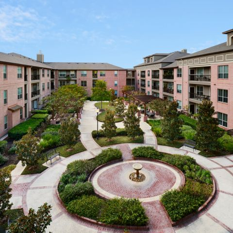 Courtyard with BBQ Grills at Camden Royal Oaks Apartments in Houston, TX