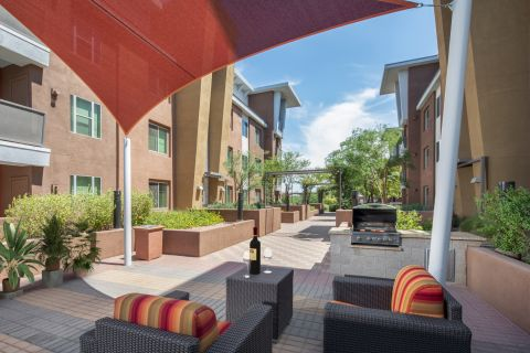 Courtyard with Grilling Stations at Camden Sotelo Apartments in Tempe, AZ