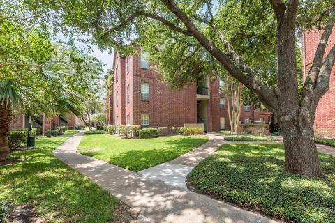 Outdoor Courtyard at Camden Stonebridge Apartments in Houston, TX