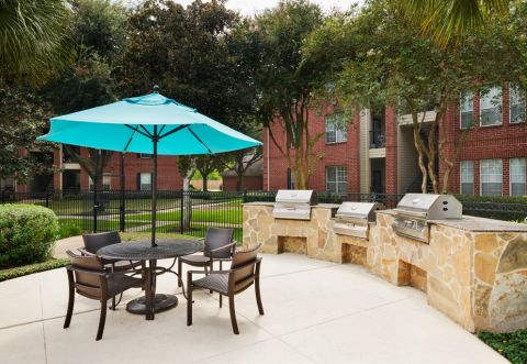 Outdoor Grill Area at Camden Sugar Grove Apartments in Stafford, TX