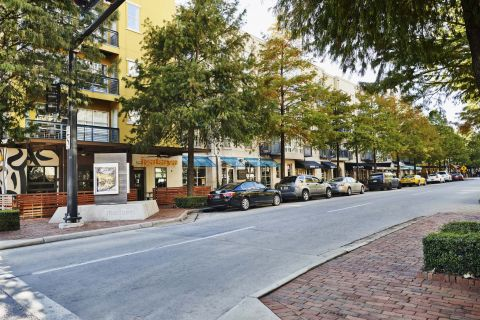Live Walking Distance to Bars and Restaurants at Camden Travis Street Apartments in Houston, TX
