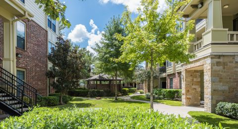Courtyard at Camden Whispering Oaks Apartments in Houston, TX
