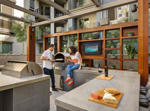 Outdoor Kitchen and Dining at The Camden Apartments in Hollywood, CA
