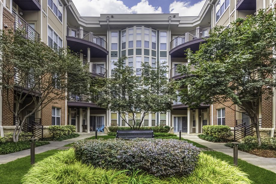 Courtyard and Building Exterior at Camden Dilworth Apartments in Charlotte, NC