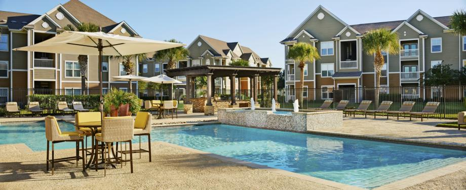 Resort-style Pool with Outdoor Dining Area at Camden South Bay Apartments in Corpus Christi, TX