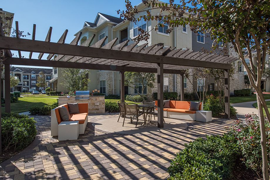 Landscaped Courtyard with Outdoor grills and dining space at Camden Spring Creek Apartments in Spring and The Woodlands, TX