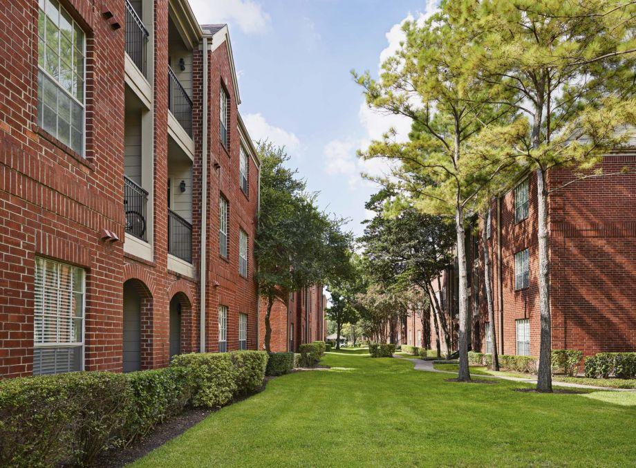 Landscaped courtyard at Camden Vanderbilt Apartments in Houston, Texas