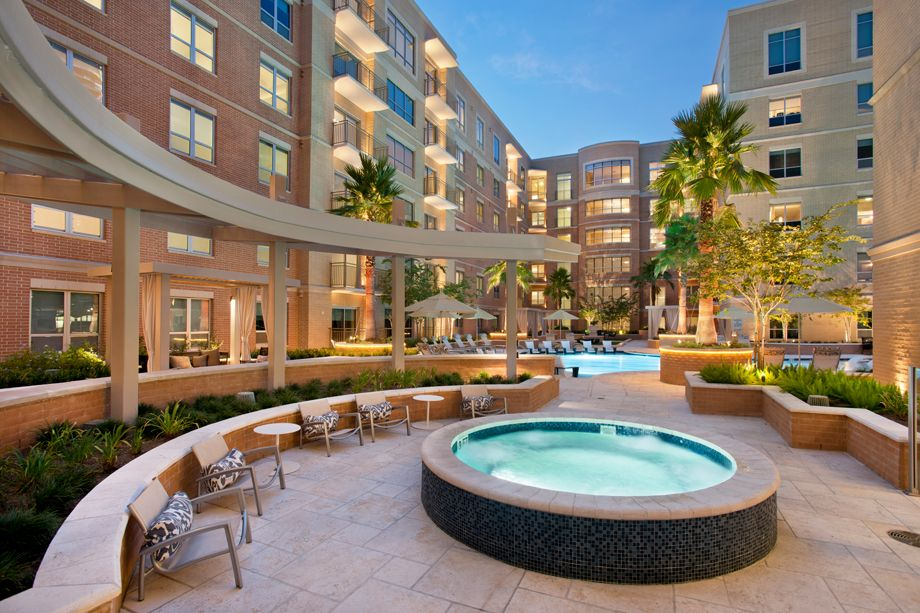 Swimming Pool and Jacuzzi at Camden Highland Village townhomes in Houston, TX