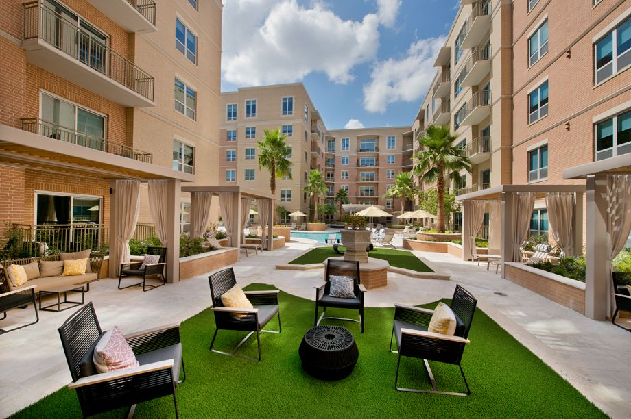 Outdoor Courtyard at Camden Highland Village townhomes in Houston, TX